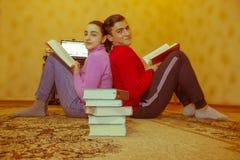 Kinderen gelezen boeken Onderwijs en ontwikkeling van het levensvaardigheden Stock Fotografie
