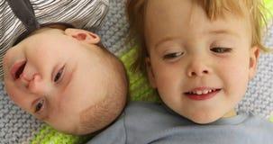 Kinderen grappig portret weinig broer en zusterwang aan wang stock videobeelden