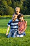 Kinderen in gras Royalty-vrije Stock Afbeeldingen