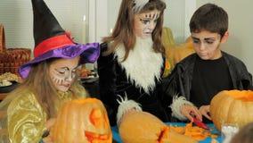 Kinderen in Halloween-Kostuums het Snijden stock footage