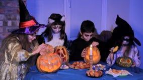 Kinderen in Halloween-Kostuums Magisch Doen stock videobeelden