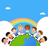 Kinderen handen houden die zich bevindt bovenop eart Stock Foto's
