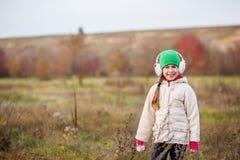 Kinderen in het gebied in werking dat worden gesteld dat De kinderen spelen op het gebied bij het gouden uur stock fotografie