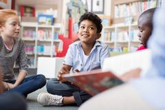 Kinderen het luisteren verhalen stock foto's