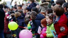 Kinderen het ontmoeten van Drie Koningen in haven van Barcelona Barcelona stock video