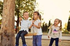 Kinderen in het park stock afbeeldingen