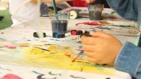 Kinderen het schilderen stock footage