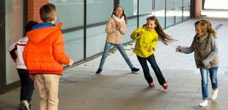 Kinderen het spelen stoeit aanraking-Laatste spel royalty-vrije stock afbeelding
