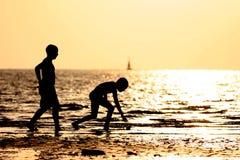 Kinderen in het strand stock foto