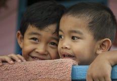 Kinderen in het waterdorp dichtbij Bandar royalty-vrije stock foto's
