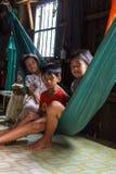Kinderen in hun huis in een Cambodjaans visserijdorp Stock Fotografie