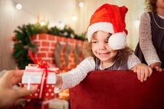 Kinderen in Kerstmis Meisje in de hoed van Santa Claus pul Royalty-vrije Stock Foto's
