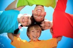 Kinderen in kleurrijke overhemden Stock Foto's