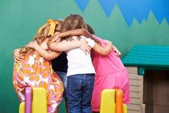 Kinderen in kleuterschool die in wirwar gaan stock fotografie