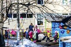 Kinderen in kleuterschool voor een gang stock foto's