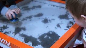 Kinderen leren die hoe de magneet en het ijzer werken stock videobeelden