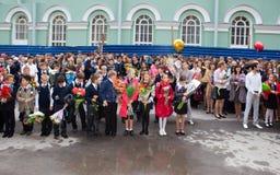 Kinderen met bloemen dichtbij de School op de eerste dag van school op 1 September, 2011 in heilige-Petersburg, Rusland Royalty-vrije Stock Afbeelding
