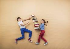 Kinderen met boeken Stock Foto's