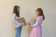 Kinderen met boeken in hun handen Terug naar School royalty-vrije stock fotografie