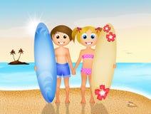 Kinderen met branding op het strand Stock Afbeeldingen