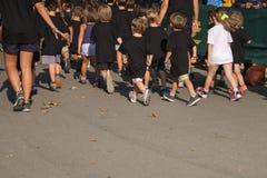 Kinderen met Fascist die in het Park met Jonge Leraar lopen Royalty-vrije Stock Foto