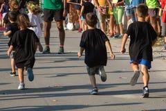 Kinderen met Fascist die in het Park lopen Royalty-vrije Stock Afbeelding