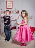 Kinderen met hart-Vormige Koekjes Stock Afbeeldingen