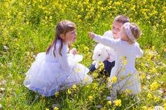 Kinderen met het konijn van het huisdierenkonijntje Stock Afbeeldingen