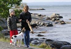 Kinderen met hond Stock Afbeeldingen