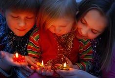 Kinderen met kaars Stock Foto's