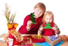 Kinderen met Kerstmisstuk speelgoed Stock Foto