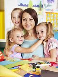 Kinderen met leraar bij klaslokaal. stock foto's