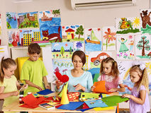 Kinderen met leraar bij klaslokaal Stock Foto