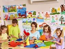 Kinderen met leraar bij klaslokaal Stock Afbeeldingen