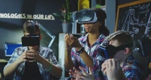 Kinderen met leraar die virtuele wereld onderzoeken stock video