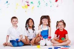 Kinderen met penselen Stock Foto's