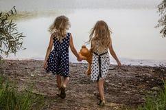 Kinderen met teddybeerstuk speelgoed Stock Fotografie
