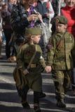 Kinderen in militaire uniformen WO.II stock fotografie