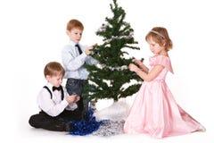Kinderen naast een Kerstboom Stock Afbeelding