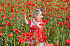 Kinderen onder bloemen Royalty-vrije Stock Afbeeldingen
