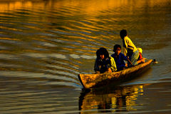 Kinderen op boot en zonsondergang Stock Foto's
