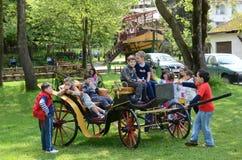Kinderen op de leeftijd van zeven of acht die in een pretpark spelen Stock Foto