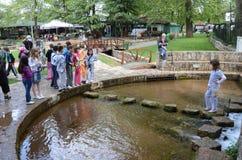 Kinderen op de leeftijd van zeven of acht die in een pretpark spelen Royalty-vrije Stock Foto