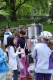Kinderen op de leeftijd van zeven of acht die in een pretpark spelen Stock Afbeeldingen