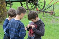 Kinderen op de leeftijd van zeven of acht die in een pretpark spelen Stock Fotografie