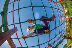 Kinderen op de speelplaats Stock Fotografie