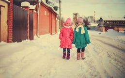 Kinderen op de winterwegen Royalty-vrije Stock Foto