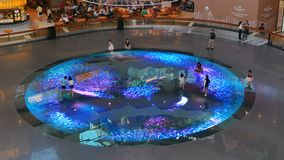 Kinderen op Digitaal Licht Canvas in Singapore Marina Bay Sands stock video
