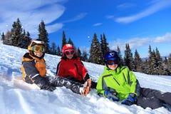 Kinderen op een sneeuwhelling Royalty-vrije Stock Afbeeldingen