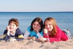 Kinderen op een strand Stock Fotografie